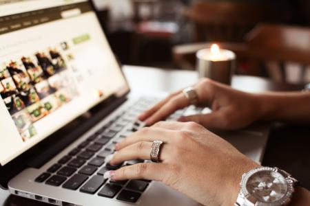 写在MacBook Pro特写镜头上