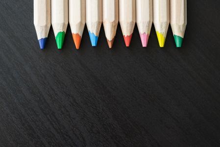 彩色铅笔颠倒与文本的空间