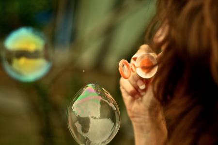 年轻女子泡泡