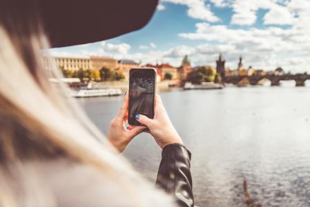 年轻女子与她的iPhone拍照