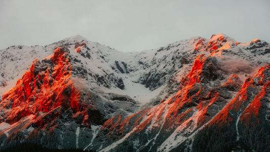 夕阳下的雪山