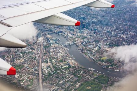 英国伦敦中心的飞机窗口