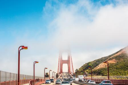 金门大桥支柱在雾中