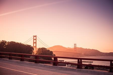 令人惊叹的金门大桥在晚上日落