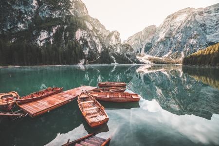 在Lago di Braies(Pragser Wildsee)的老木划艇