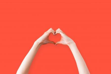 女性的手爱的心符号