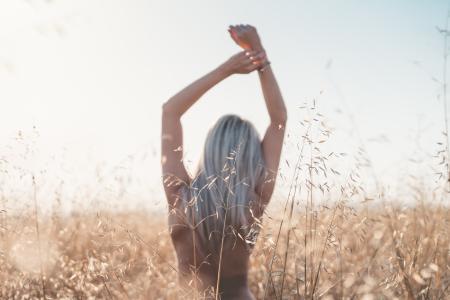 享受自由的年轻女子在麦田