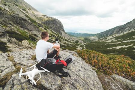 为山地空中摄影设置无人驾驶飞机