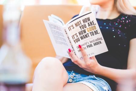 年轻女孩阅读世界畅销书