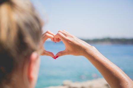 手在海边的爱的心