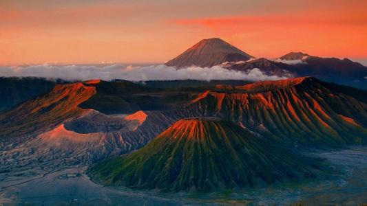 眺望远方火山山脉