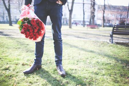 拿着一束玫瑰的绅士