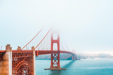 金门大桥部分覆盖在雾中