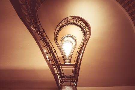 黑色麦当娜,布拉格的房子里的灯泡台阶