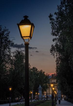傍晚时分的孤独路灯