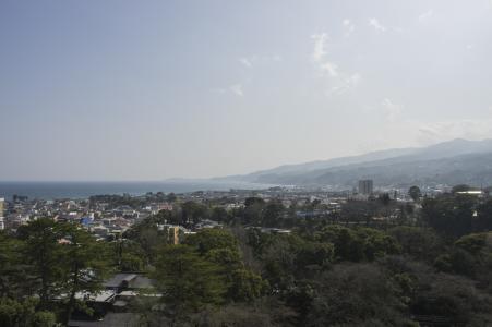 小田原城堡从城堡塔看到的小田原町和相模湾免费照片
