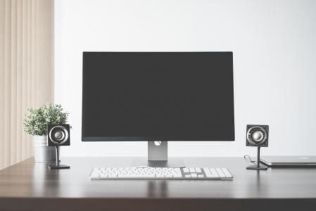 简约和清洁的家庭办公计算机设置