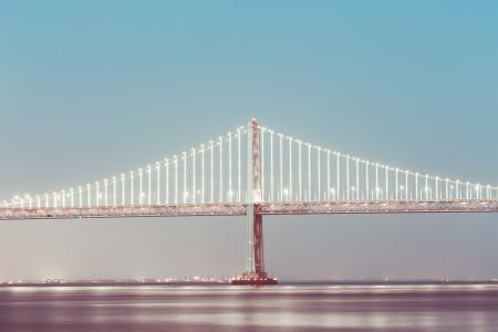 旧金山湾大桥在晚上
