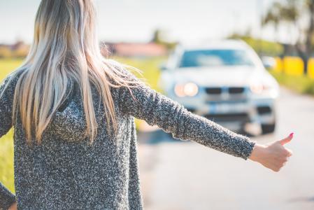 金发女郎搭车,因为她的破车