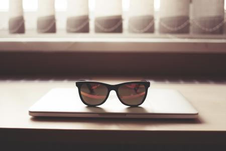 在MacBook Pro上的时尚眼镜