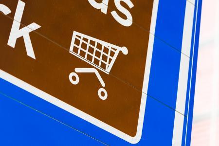 在路标上的购物车图标